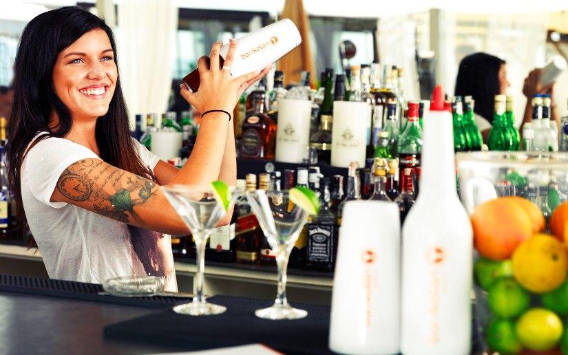 Bartender blandar drink